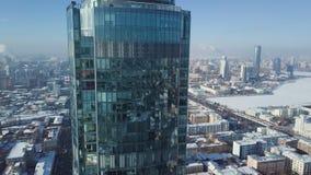 Odgórny widok nowożytny miasto w zimie i drapacz chmur Wspaniały drapacz chmur w słońcu Obrazy Royalty Free