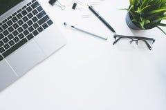 Odgórny widok nowożytny pracy przestrzeni biurowego biurka stół z komputerem fotografia royalty free