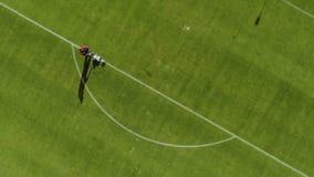 Odgórny widok ocechowanie stadionu futbolowego pole używać fachową farby maszynę zbiory