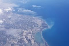 Odgórny widok od desantowego samolotu Okno samolot z kopii przestrzenią Widok z lotu ptaka chmury, morza, oceanu i miasta krajobr Zdjęcia Royalty Free
