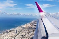 Odgórny widok od desantowego samolotu Okno samolot z kopii przestrzenią Widok z lotu ptaka chmury, morza, oceanu i miasta krajobr Zdjęcia Stock
