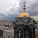 Odgórny widok od kolumnady St Isaac katedra na wierza i mieście katedralny Isaac cupola Petersburg Rosji jest święty st Kwadratow zdjęcie stock