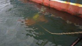 Odgórny widok od statku podwodny nurek, wykonuje nurkową remontową pracę przy statkiem zdjęcie wideo
