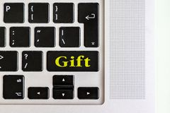 Odgórny widok odizolowywał laptop klawiaturę z żółtym ` prezenta ` tekstem na guziku, pojęcie projekt v zdjęcie royalty free