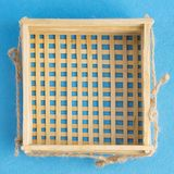 Odgórny widok odizolowywający na błękitnym tle łozinowy kosz Pusty handmade drewniany puchar Fotografia Royalty Free