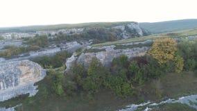 Odgórny widok ogród z drzewami w wąwozie strzał Widok zielona plantacja drzewa w wąskim wąwozie między skałami zdjęcie wideo