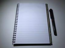 Odgórny widok otwarty ślimakowaty pusty notatnik fotografia stock