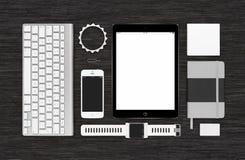 Odgórny widok oznakować tożsamości technologii mockup na czarnym biurku su Obraz Stock