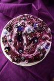 Odgórny widok płatowaty tort z czarnymi jagodami i bzem zdjęcie stock