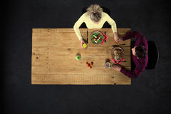 Odgórny widok para przy stołem z jedzeniem Obraz Stock