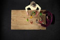 Odgórny widok para przy stołem z jedzeniem Fotografia Stock