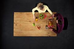 Odgórny widok para przy stołem z jedzeniem Zdjęcie Stock