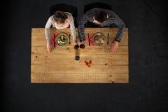 Odgórny widok para przy stołem z jedzeniem Obrazy Royalty Free