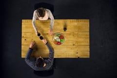Odgórny widok para przy stołem z jedzeniem Zdjęcie Royalty Free