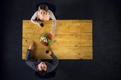Odgórny widok para przy stołem z jedzeniem Fotografia Royalty Free