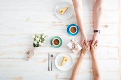 Odgórny widok pary mienia ręki i pić kawa Obraz Stock