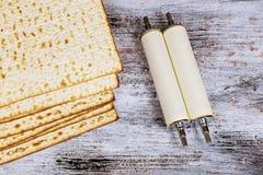 Odgórny widok passover tło matzoh żydowski wakacyjny chleb i Torah ślimacznica podczas zdjęcia stock