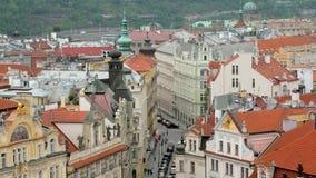 Odgórny widok piękna stara ulica w Praga i tradycyjnych budynkach od Stary zegarowy wierza zdjęcie wideo