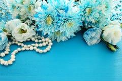 Odgórny widok piękny i delikatny błękitny kwiatu przygotowania obok perły kolii Zdjęcia Stock