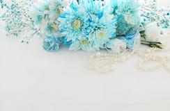Odgórny widok piękny i delikatny błękitny kwiatu przygotowania obok perły kolii Obrazy Royalty Free