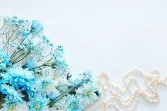 Odgórny widok piękny i delikatny błękitny kwiatu przygotowania obok perły kolii Obraz Stock