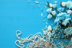 Odgórny widok piękny i delikatny błękitny kwiatu przygotowania obok perły kolii Zdjęcie Stock