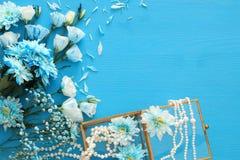 Odgórny widok piękny i delikatny błękitny kwiatu przygotowania obok perły kolii Obraz Royalty Free