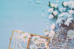 Odgórny widok piękny i delikatny błękitny kwiatu przygotowania obok perły kolii Fotografia Stock