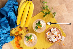 Odgórny widok piękny kolorowy set banany, Turecki zachwyt i słodcy owocowi desery na lekkim drewnianym tle, Zdjęcia Royalty Free