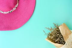Odgórny widok piękny kwiat i lato kapelusz zdjęcia royalty free