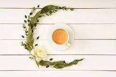 Odgórny widok piękny kwiecisty wianek i filiżanka kawy Zdjęcia Royalty Free