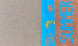 Odgórny widok piaskowata plaża z lat akcesoriami i kopii przestrzeń wokoło produktów Obrazy Stock