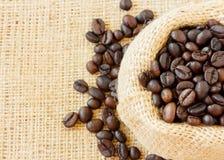 Odgórny widok piec kawowe fasole w jutowej torbie Zdjęcia Royalty Free