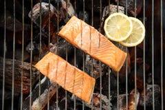 Odgórny widok piec na grillu łososia z cytryną na płomiennym grillu zdjęcie royalty free