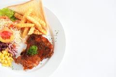 Odgórny widok piec na grillu kurczak polędwicowy z świeżymi warzywami na whit Fotografia Stock