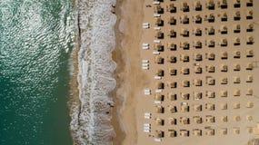 Odgórny widok plaża z słomianymi parasolami Złoci piaski, Varna, Bułgaria zdjęcie stock