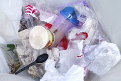 Odgórny widok plastikowy butelki wody napoju odpady i słoma wewnątrz przetwarzamy kosz brudnego, stos śmieciarska klingerytu odpa zdjęcie royalty free