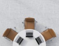 Odgórny widok połówka sala konferencyjna Biały round stół, trzy brown rzemiennego krzesła Trzy laptopu są na stole officemates ilustracji