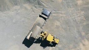 Odgórny widok pojazdy odtransportowywa żwir przy quarrying miejscem zdjęcie wideo