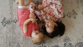 Odgórny widok potomstwo matka z małą córką bawić się na podłoga zbiory wideo