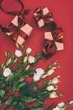Odgórny widok prezentów pudełka i piękny eustoma kwitnie Zdjęcie Stock