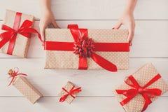 Odgórny widok prezentów pudełka na białym drewnie Obraz Stock