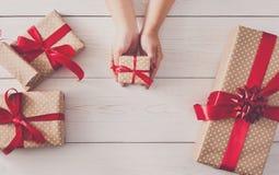 Odgórny widok prezentów pudełka na białym drewnie Zdjęcia Stock