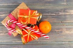 Odgórny widok prezenty, cukrowego cukierku trzcina i pomarańcze, Zdjęcia Royalty Free