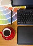Odgórny widok projektant grafik komputerowych miejsce pracy obrazy stock