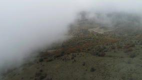 Odgórny widok przez chmury na jesień lasu strzale Malowniczy krajobraz zwartej mgły i jesieni las zdjęcie wideo