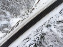 Odgórny widok przy halną autostradą w północy, śnieżnym skalistym terenie i asfaltowej drodze, zdjęcie royalty free
