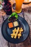 Odgórny widok Przyprawowi francuzów dłoniaki słuzyć z majonezem i tysiąc wyspa kumberlandami w czarnym talerzu fotografia stock
