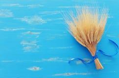 Odgórny widok pszeniczne uprawy nad błękitnym drewnianym tłem Symbole ?ydowski wakacje - Shavuot zdjęcie stock