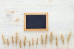 Odgórny widok pszeniczne uprawy nad białym drewnianym stołem Symbole ?ydowski wakacje - Shavuot fotografia stock